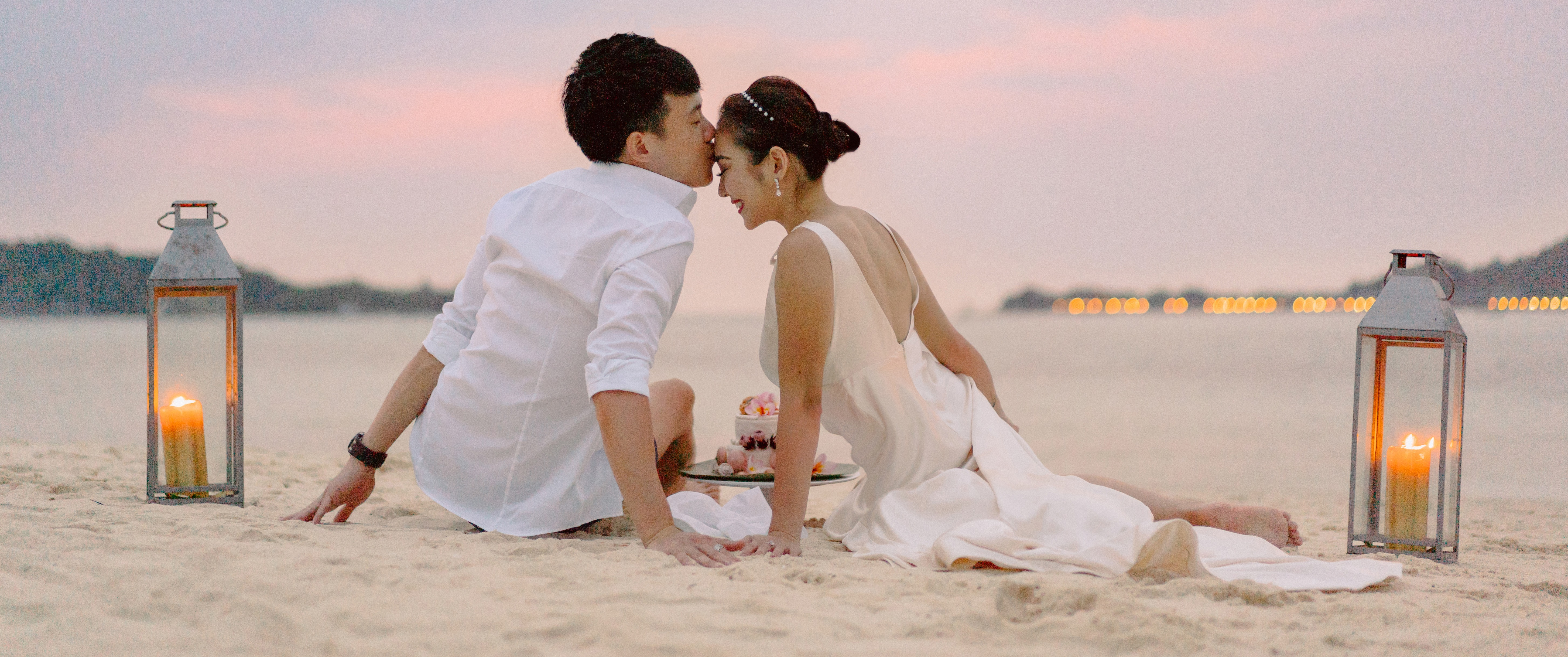 romantic_moment_at_the_beach